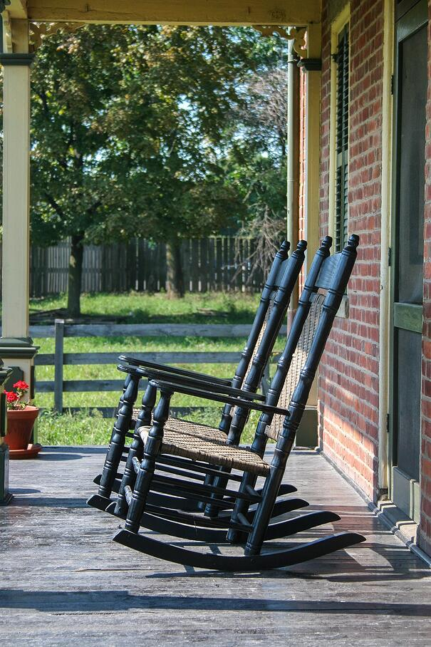 rocking-chair-2683875_1920.jpg